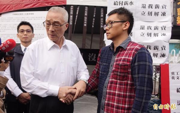 前副總統吳敦義(左)今天帶著湯圓前往黨產會前,慰問在黨產會長期搭棚抗議的黨工。(記者劉信德攝)