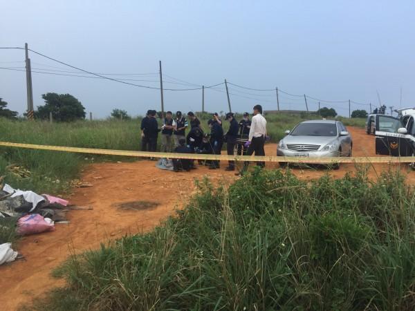 中壢警方到龍潭知名的乳姑山搜山,在找到劉姓被害人的遺體後現場進行勘驗。(記者李容萍翻攝)