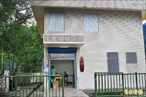 卓溪鄉既有的接受1.0服務的老人家,仍繼續到衛生室做復健。(記者花孟璟攝)