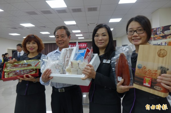 彰化區漁會總幹事陳諸讚(圖左二)強調,白鯧是年節家戶最愛的採購魚貨。(記者劉曉欣攝)