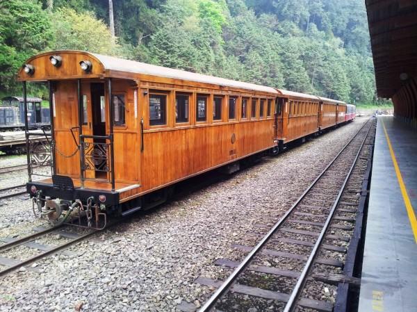 阿里山森林鐵路24日將以柴油機車牽引檜木車廂列車,行駛嘉義至北門站間載客。(圖由台鐵提供)