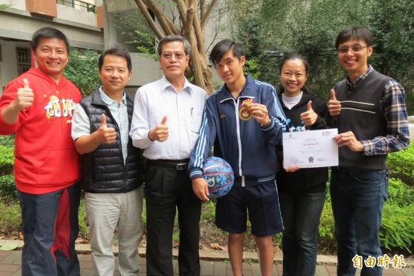 羅培瑞(右3)獲國際科奧金牌,也是居仁國中8度在該項競賽鍍金。(記者蘇孟娟攝)