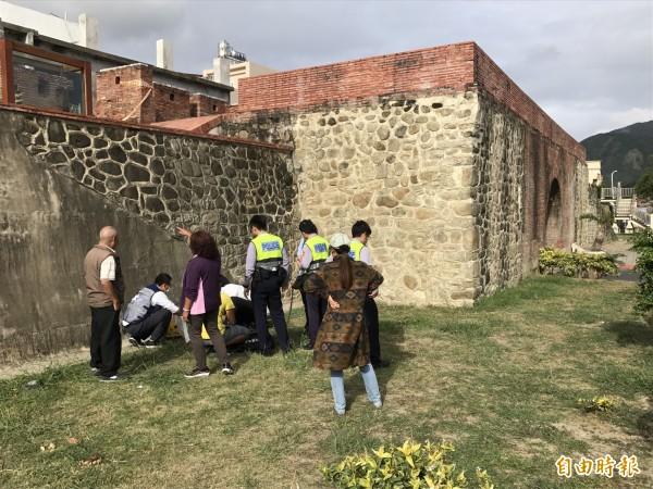婦人墜落西門內牆。(記者蔡宗憲攝)