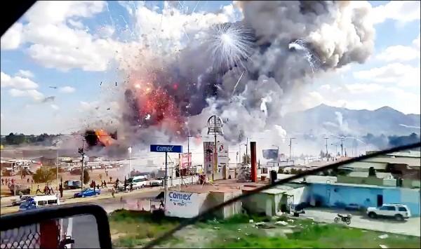 行經車輛拍到的墨西哥聖帕伯利托市集20日爆炸現場畫面,濃煙與火光齊發,場面駭人。(美聯社)