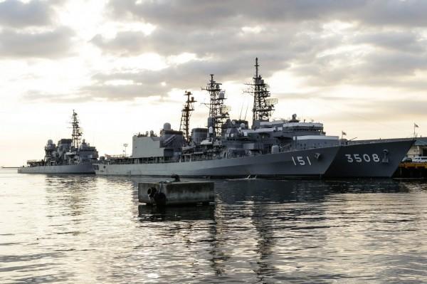 日本海上自衛隊21日傳出兩名男性自衛官日前相繼於艦船內上吊自殺,兩人生前曾參與今年5月到11月間,由朝霧號(DD-151,圖左)驅逐艦在內的3艘軍艦所組成的航海訓練艦隊。(資料照,歐新社)