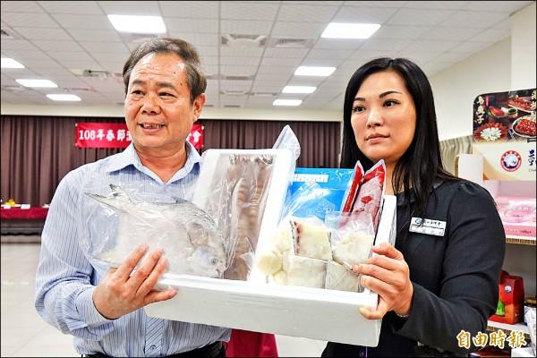 彰化區漁會總幹事陳諸讚(左)表示,推出平價供應的白鯧漁鮮禮盒,幫大家省荷包。(記者劉曉欣攝)