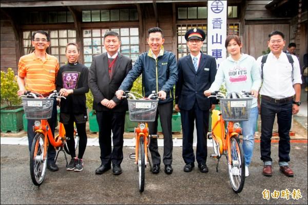 新竹市所有火車站都有YouBike站點了!市長林智堅(中)昨天搭火車到香山站,和奧運銅牌女箭客譚雅婷(左二)、林詩嘉(右二),一起騎「小小黃」來趟香山微旅行。(記者洪美秀攝)