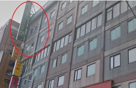 警方在這棟大樓的某家美容店(紅圈),查獲16名嫖客。(警方提供)