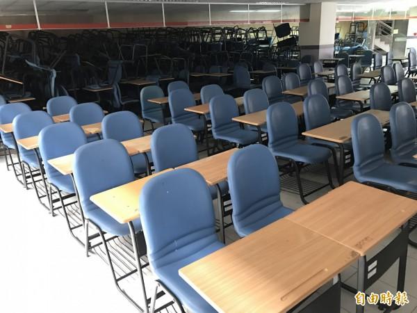 康寧大學台南校區汰換課桌椅,多數仍有7成新,將送偏遠原鄉學校。(記者洪瑞琴攝)