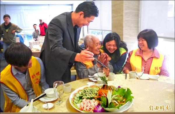 創世基金會花蓮分會昨天中午邀請20名弱勢朋友提前圍爐用餐,知名飯店副總經理徐茂斌(左二)還代表飯店捐出10萬元,資助明年元月的寒士尾牙宴。(記者王峻祺攝)