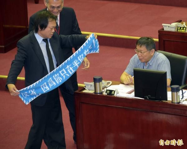 台北市議員王世堅(左)時常在議會上槓上市長柯文哲(右)。(資料照,記者黃耀徵攝)