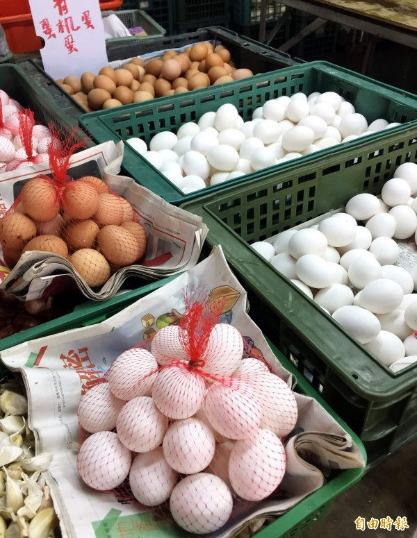 農委會前年完成修法,規定「裝載生鮮禽蛋,應使用一次性之裝載容器或包材」,明日起將開始實施。但蛋商公會對此表示,明天不可能上路。(資料照,記者張菁雅攝)