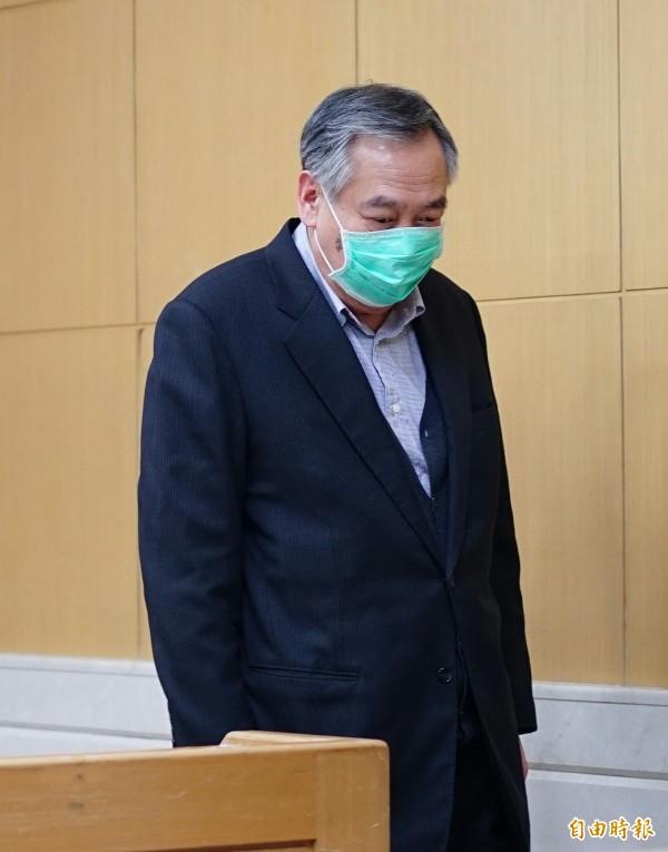 許文通今晚到台北地檢署等待複訊,直到今晚近11點才上樓開庭,全程不發一語。(記者黃欣柏攝)
