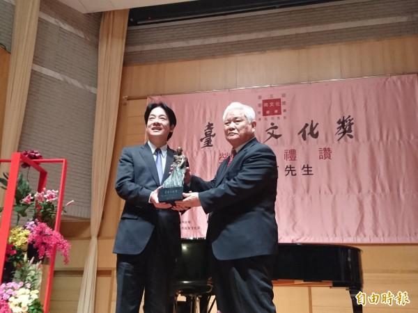 長期致力於兒童美術教育的潘元石,榮獲第5屆台南文化獎,由市長賴清德頒獎表揚。(記者洪瑞琴攝)