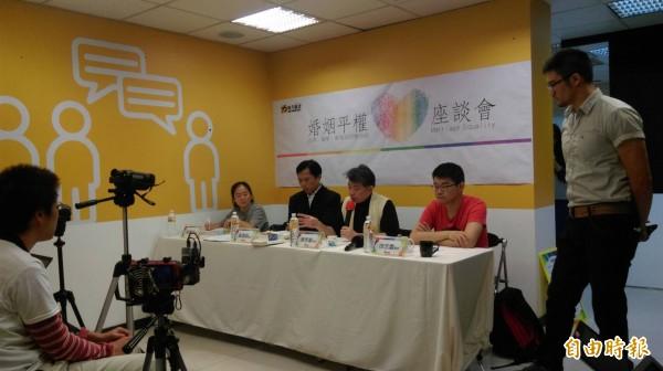 黃國昌(左二)出席時代力量今天在新北本部舉辦的「婚姻平權座談會」。(記者何玉華攝)