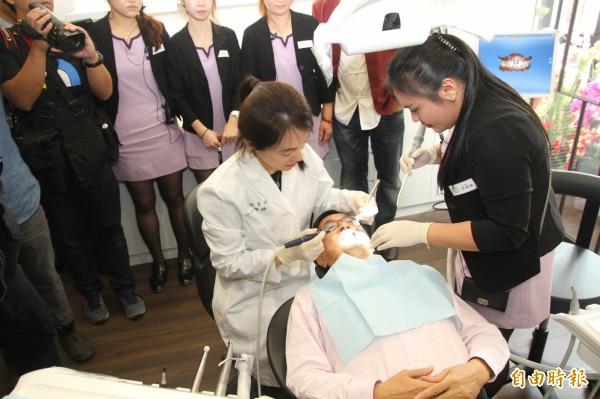 前總統陳水扁讓女兒陳幸妤看診。(記者王俊忠攝)