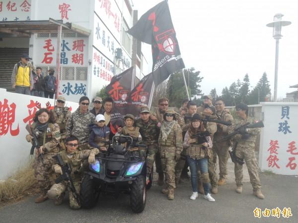 生存遊戲團體赤軍,也加入逆風行軍隊伍。(記者劉禹慶攝)