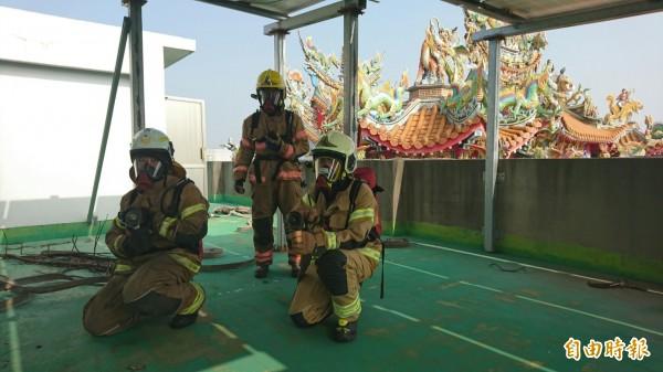 搶救太陽光電火警須注意是否感電危及救災人員。(記者楊金城攝)