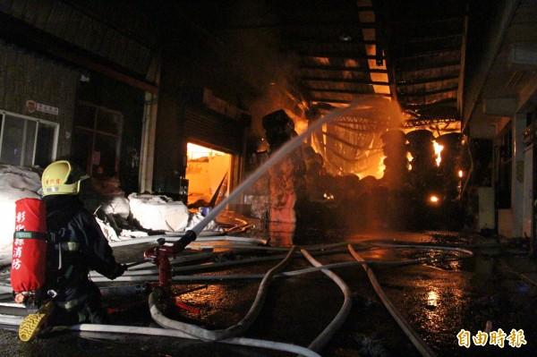 彰化縣埤頭工業區紡織原料廠發生火警,消防人員趕緊前往灌水搶救。(記者陳冠備攝)