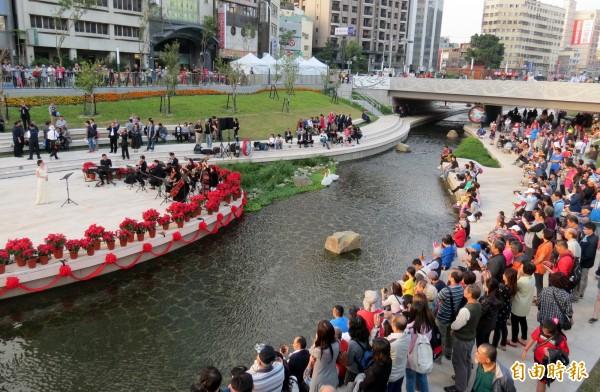 柳川啟用典禮特別安排音樂會,吸引民眾駐足欣賞。(記者張菁雅攝)