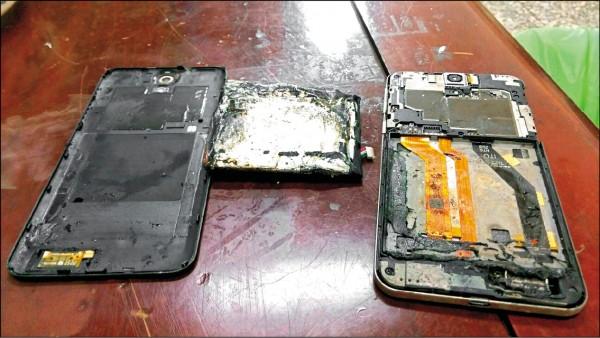 圖為燒毀的手機。(陳姓市民提供)