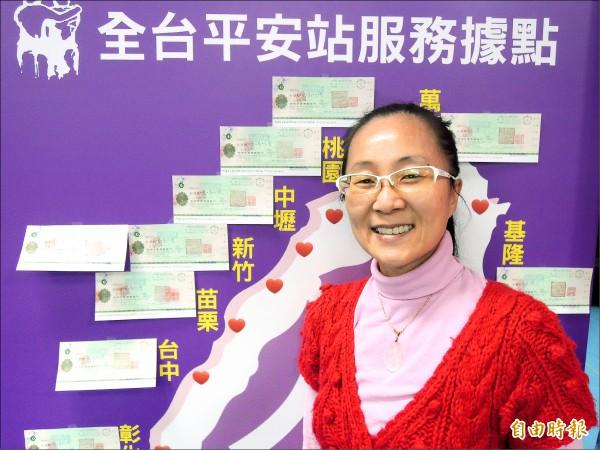 罹患血癌的溫文雅十幾年來捐款助人,即使拖著病軀,累積捐款已超過一千萬元,昨又捐出四十二萬元給人安基金會,做為寒士尾牙經費。(記者洪美秀攝)