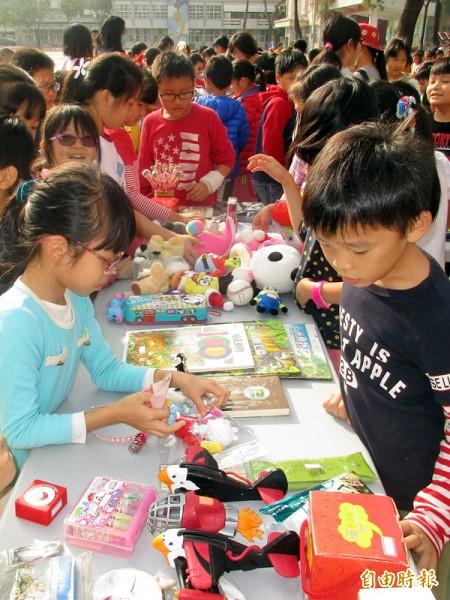 大成國小舉辦耶誕跳蚤市集,協助籌建中的南迴醫院募款。(記者吳俊鋒攝)
