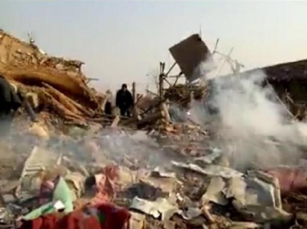 今天下午1點左右,中國唐山地區一處爆竹工廠發生大爆炸,現場一片狼藉。(圖擷自《騰訊新聞》)