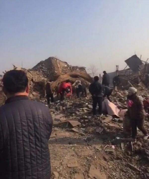 根據中國網友表示,爆炸地點一片狼藉,地面被炸出一個大洞,周遭房屋全毀,煙硝味迷漫,現場還發現人體殘肢。(圖擷自《騰訊新聞》)