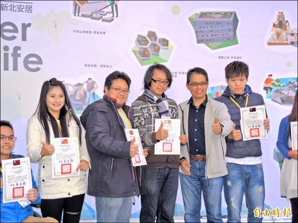 新北市城鄉局長邱敬斌(右二)頒獎給參與社造的社團代表。(記者翁聿煌攝)