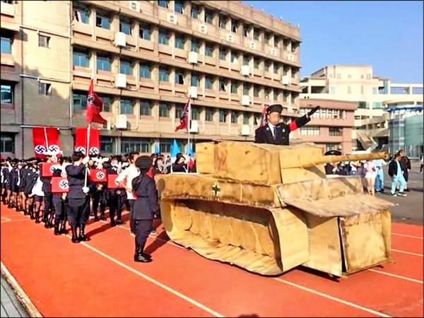 高中生著納粹衣帽旗幟,在戰車上效法希特勒手勢的就是導師劉習正。(取自臉書)