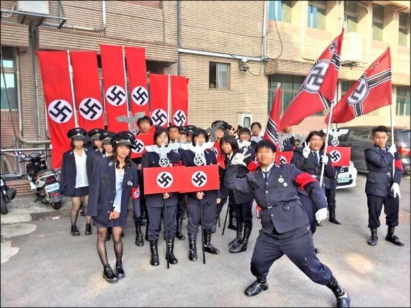 新竹市光復高中學生前天在校慶變裝遊行活動,穿戴納粹衣帽、手持納粹旗幟,化身納粹軍團,引發以色列與德國抗議,校方將做出懲處。(圖擷取自臉書)
