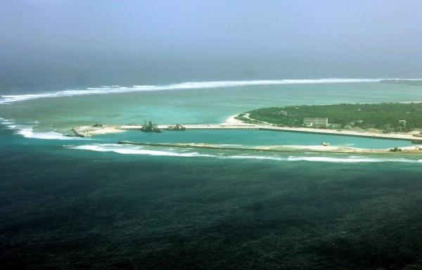 近日來有美國情報官員透露,中國已運送兩套新的地對空飛彈系統到海南島,預計飛彈不久將會轉運到南海群島的島礁。(圖為永興島)(法新社)