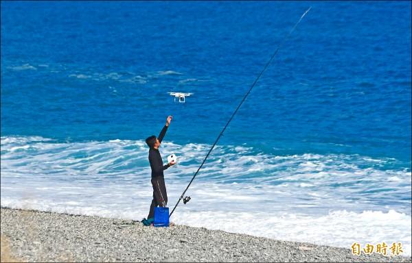 花蓮縣七星潭風景區海灘上,出現釣客操作無人機吊掛魚餌,花蓮航空站擔心危及飛航安全。(記者游太郎攝)