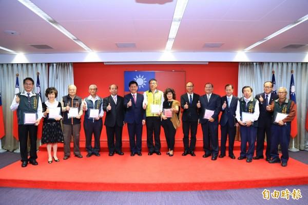 台中市調解績效六都第一,市長林佳龍頒發獎牌給13個區調解委員會。(記者黃鐘山攝)