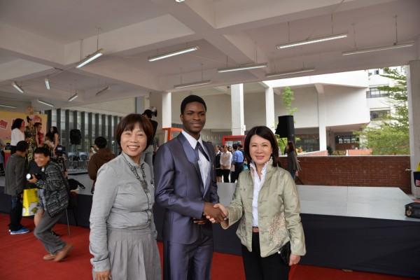 來自馬拉威的黑人留學生,也名列禮賓大使。(雲林縣政府提供)