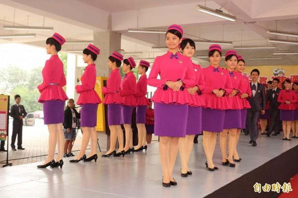 禮賓大使的服裝由服裝設計師林國基設計。(記者詹士弘攝)