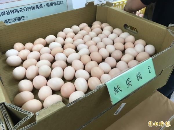 傳統市場要改成紙蛋箱盛裝,民眾還是可以買到散裝蛋。(記者林彥彤攝)