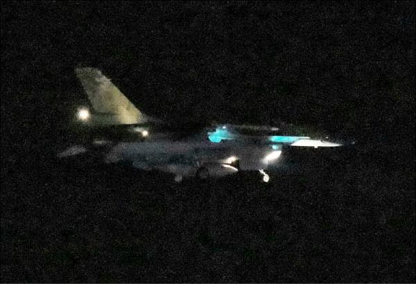 由中國解放軍航空母艦「遼寧號」為主的航艦編隊,進行跨海區的遠海訓練,在昨天首度穿越第一島鏈,空軍花蓮基地兩架F-16罕見在昨晚緊急起飛監控,顯示中國航艦在晚間轉向逼近我東部外海。(讀者提供)