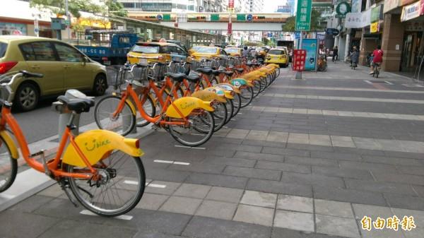 台北市交通局推「週五綠色運輸日」集點活動,每週五搭乘北市境內捷運、公車或YouBike,每搭一次就可累積1點UUPON紅利點數,從12月30日起跑。(記者陳紜甄攝)