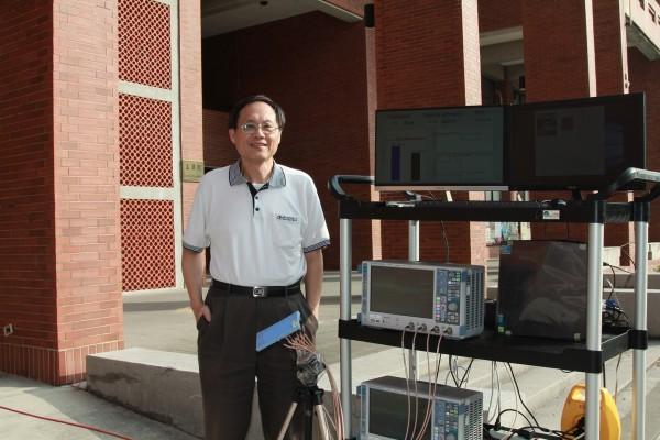 翁金輅與天線量測儀器。(記者洪定宏翻攝)