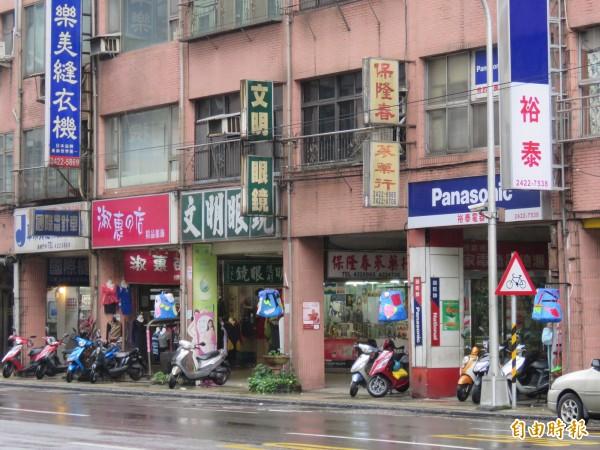 仁五路東和大樓店家門口掛上雞籠燈籠,為市區帶來新風貌。(記者林欣漢攝)