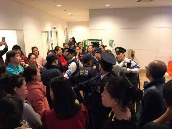 日前新千歲機場因大雪封閉,有中國遊客因飛機無法起飛,與機場工作人員之間出現推擠等行為。(圖擷取自爆料公社)