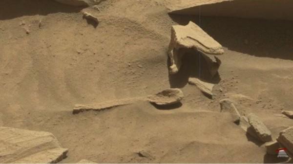 NASA在火星上拍到疑似湯匙的物品。(圖片擷取自「UFO Hunter」的Youtube)