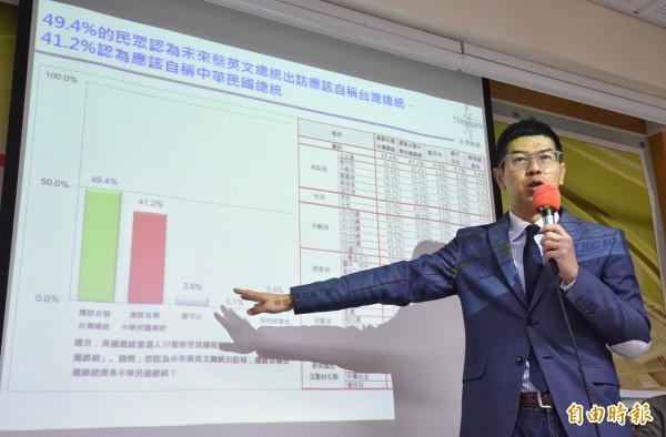 台灣智庫27日舉行十二月民調記者會,由民調中心主任周永鴻分析民調結果。(記者劉信德攝)