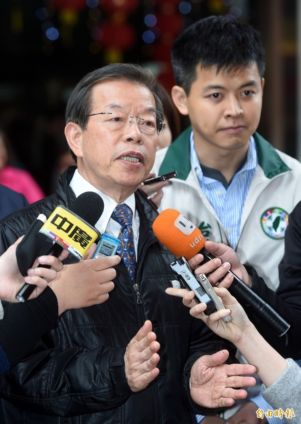 媒體報導稱,駐日代表謝長廷(左)的兒子、台北市議員謝維洲(右)沉迷運彩,欠下債務。(資料照,記者方賓照攝)
