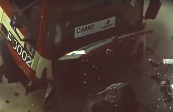 伸縮型路障可徹底摧毀來襲的大卡車。(擷取自臉書)