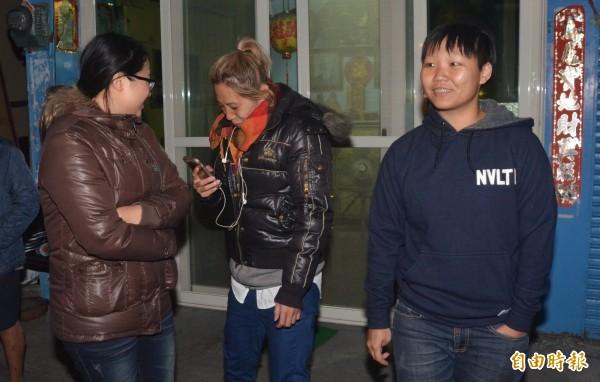 3名年輕女生奮勇救出一名受困的老伯。(記者葉永騫攝)