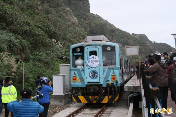 民眾搶拍八斗子站首航列車。(記者林欣漢攝)
