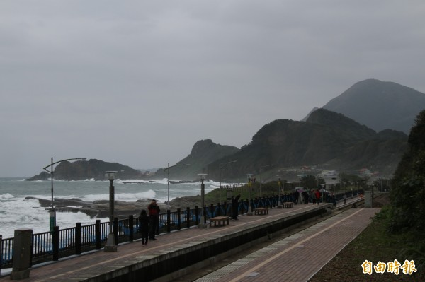 林右昌說,下一步要協調將靠海側燈桿移到靠山側,讓山海一線美景視線更開闊。(記者林欣漢攝)